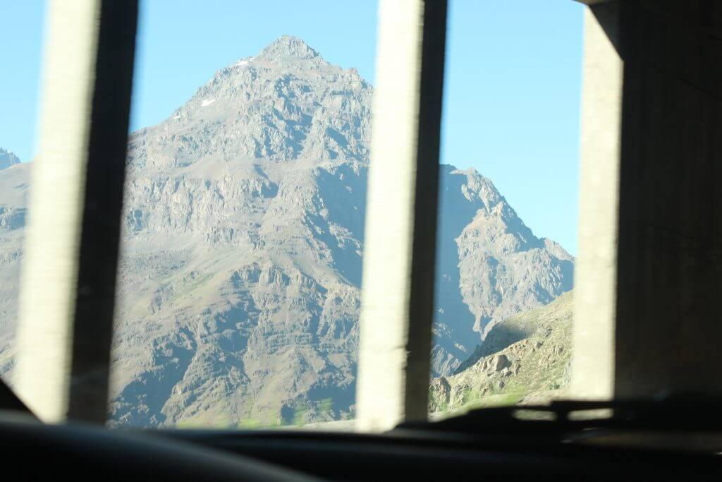 Ao logo de toda a estrada vemos estes túneis.