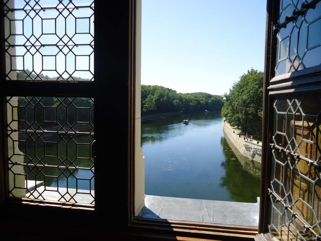 Vista do Rio Cher pelas janelas no Chenonceau