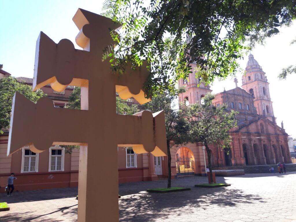 A Cruz Missioneira em cada canto da praça