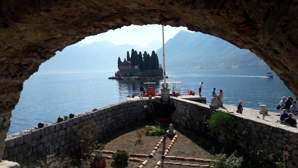 Ilha de São Jorge vista de dentro da Igreja de Nossa Senhora das Rochas