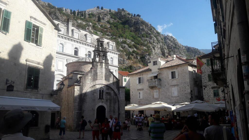As ruas de Kotor e sua fortelza