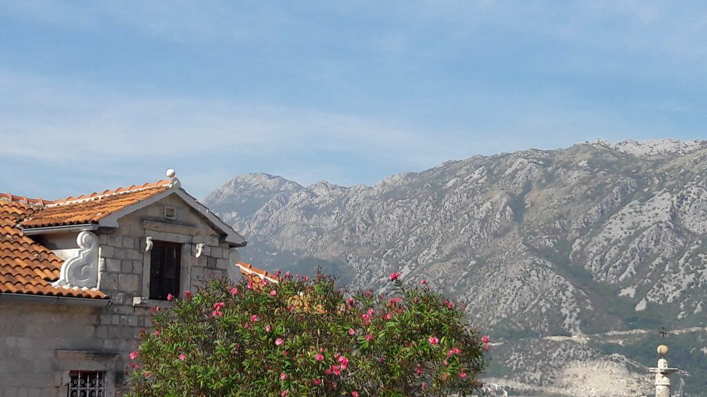 A cor das montanha que dá o nome ao país.