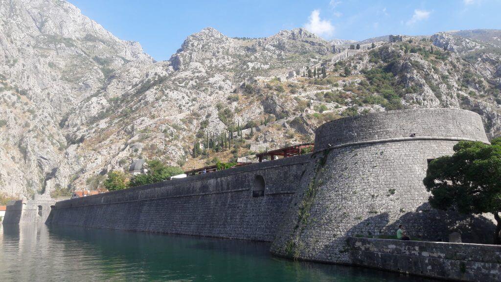 As muralhas protendo a cidade medieval de Kotor
