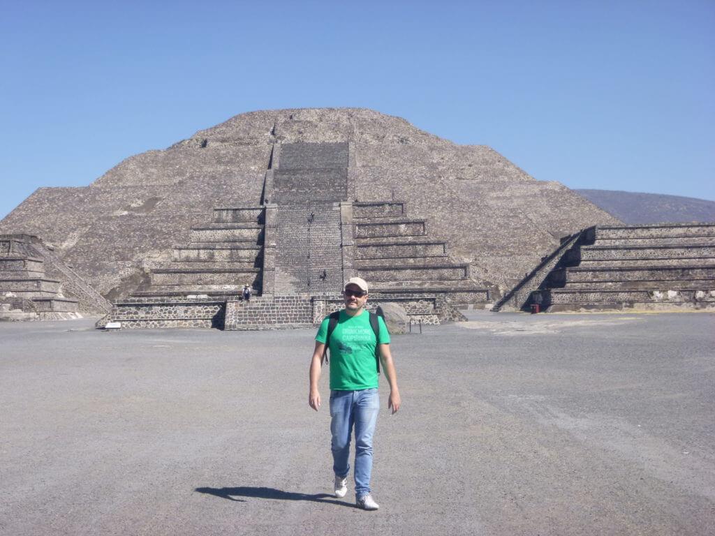 Caminhando entre a Pirâmida da Lua e do Sol