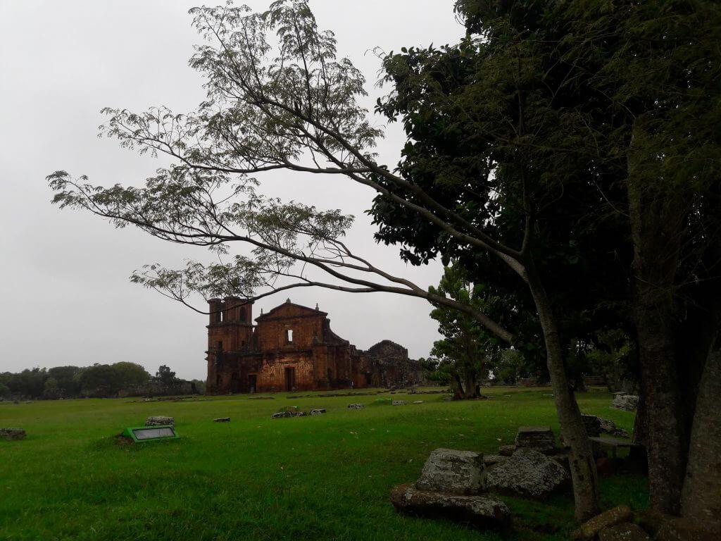 Logo depois da entrada vemos as árvores emoldurando as ruínas