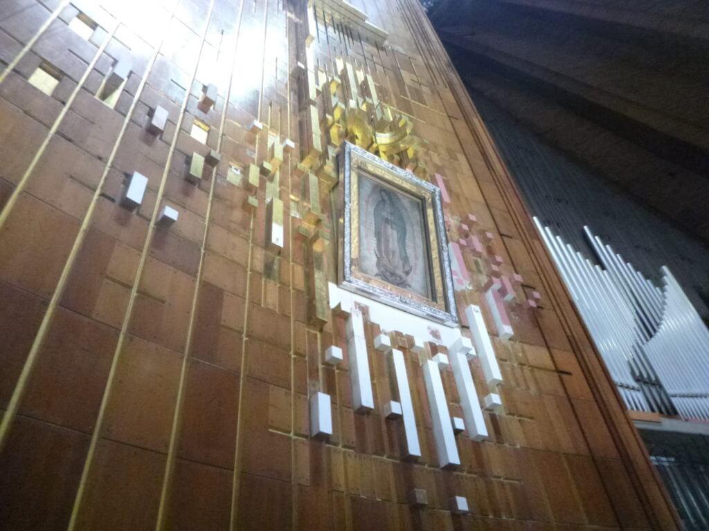 O enorme altar dedicado à Virgem de Guadalupe na Basílica Nova.