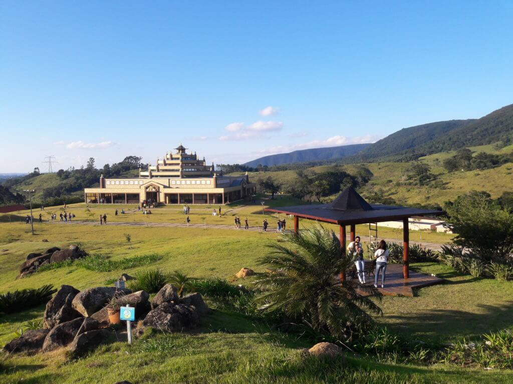 O Templo Kadampa e a Serra do Japi ao fundo