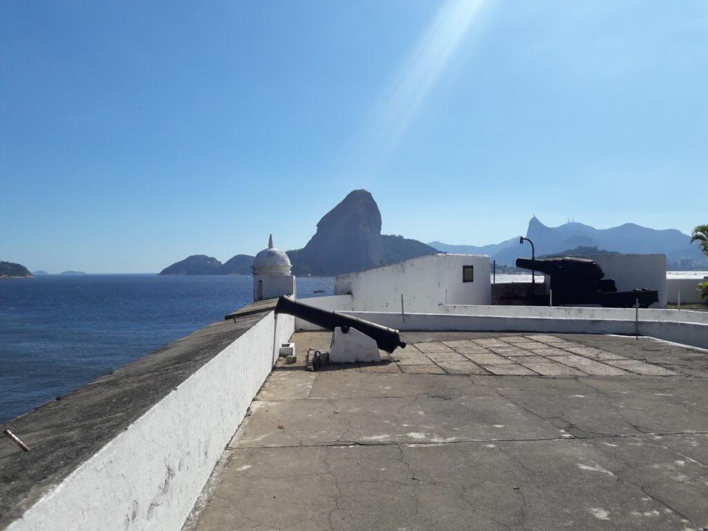 A Fortaleza de Santa Cruz protegente a cidade