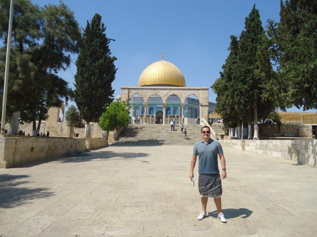 Por estar usando bermuda tive que por este lenço para ir ao Domo da Rocha em Jerusalém
