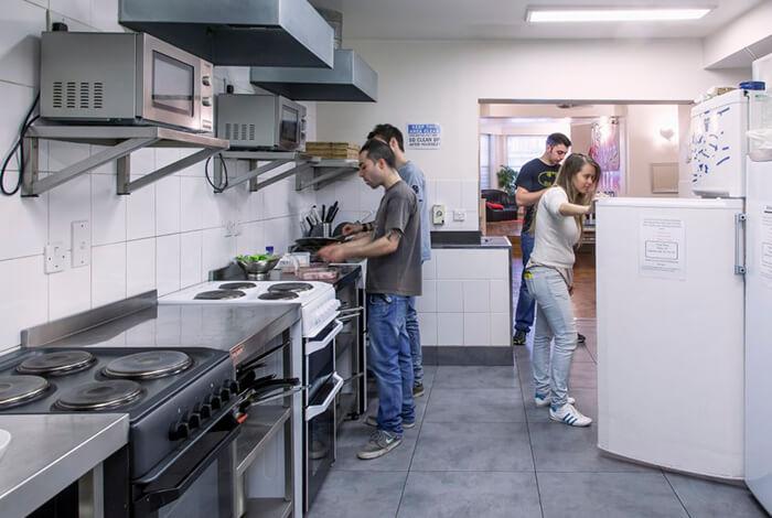 Cozinhar no hotel pode ser uma forma de interação, mas não se esqueça de lavar a louça depois hein ?