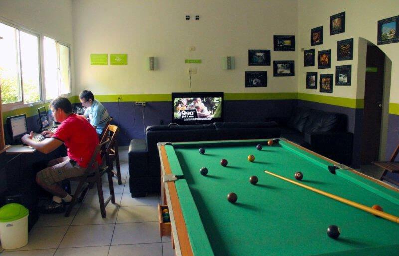 Salas de jogos proporcionam interação entre viajantes