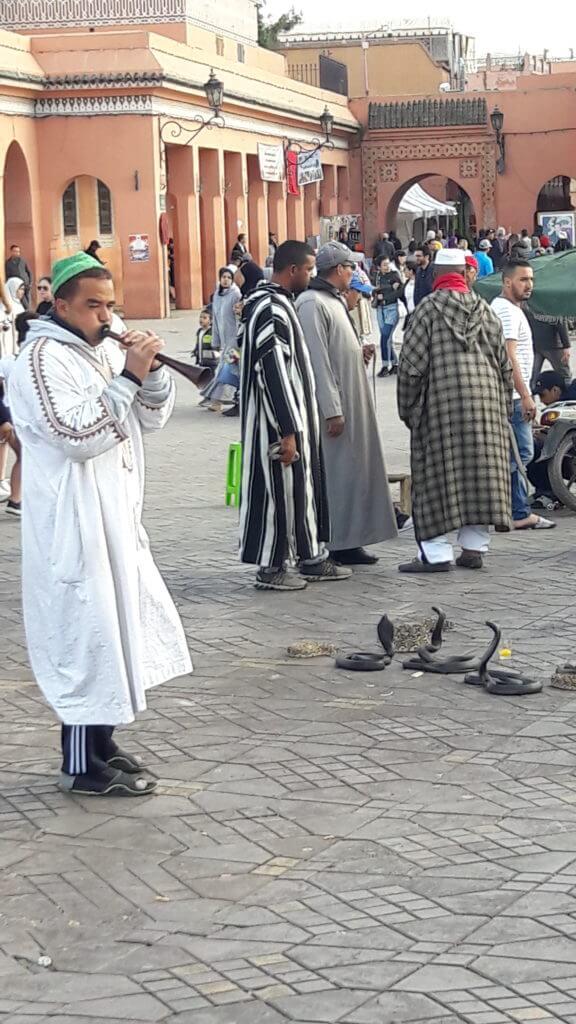 A enorme Praça Djema El-Fna é um espetáculo de diversidade cultural em Marrakesh.