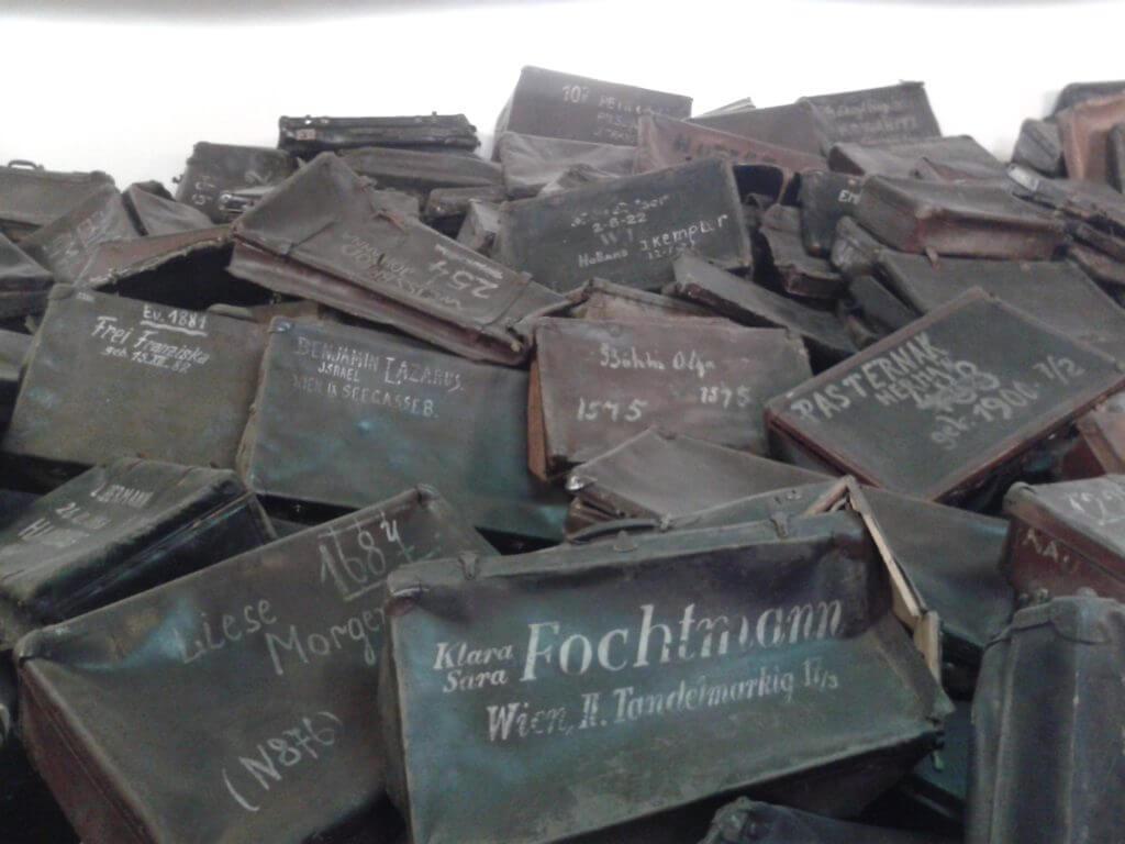 Em muitas partes de Auschwitz podemos ver os objetos dos judeus amontoados