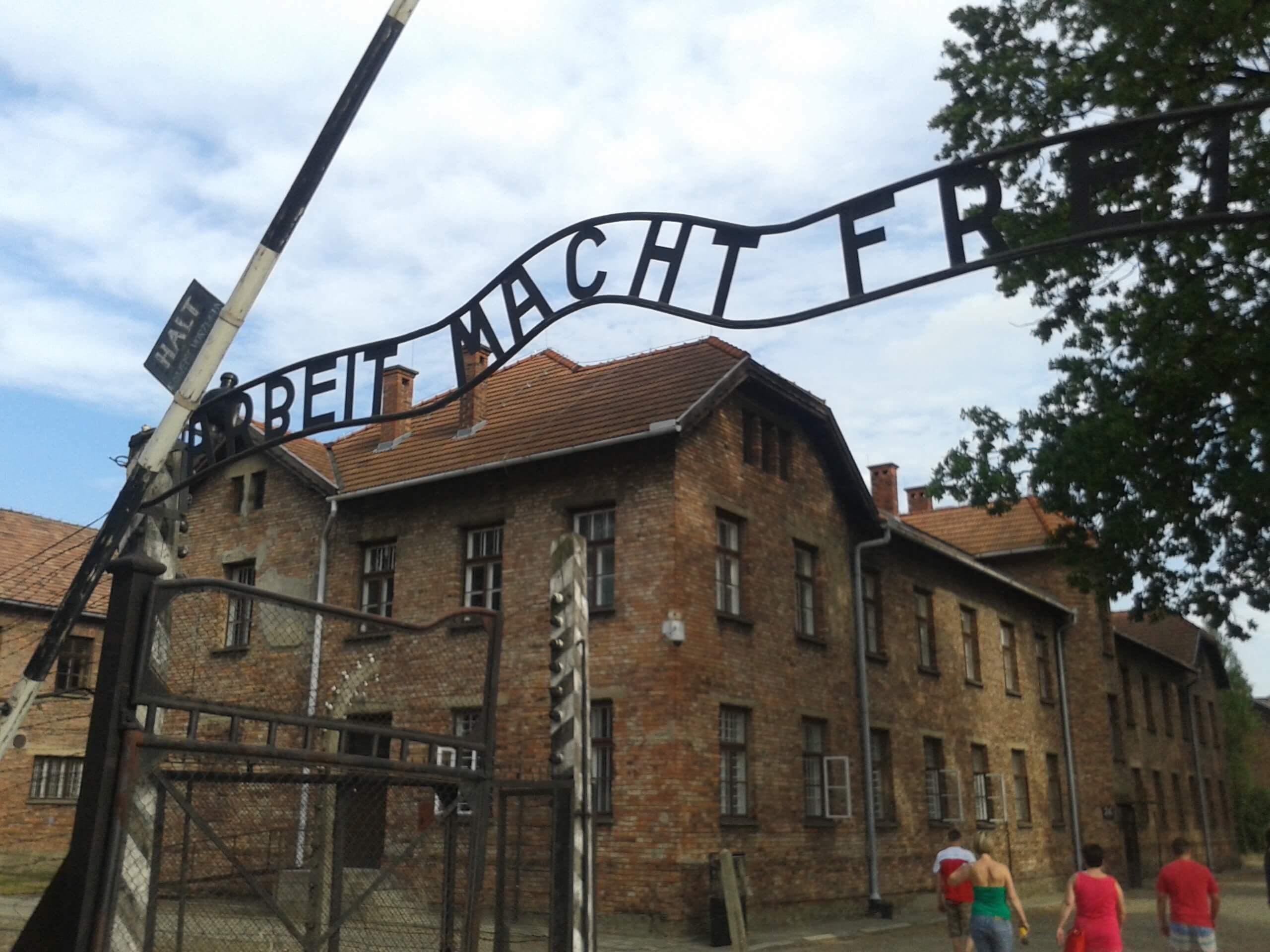 O emblemático portão de ferro em Auschwitz. Como visitar Auschwitz