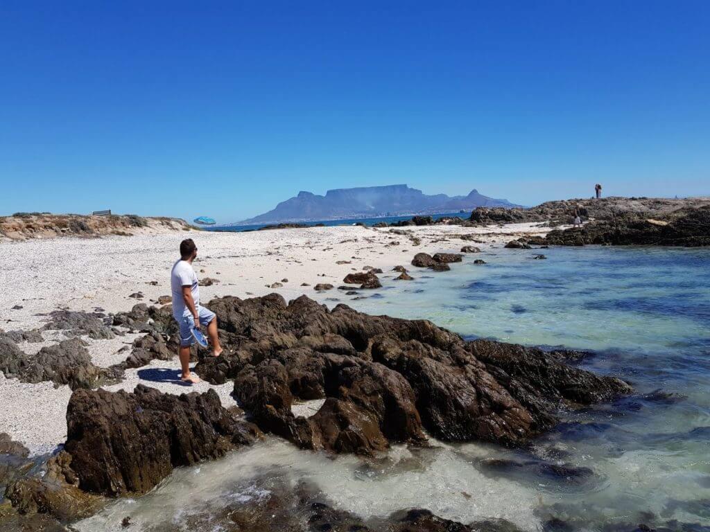 Águas clarinhas e toda a Table Mountain