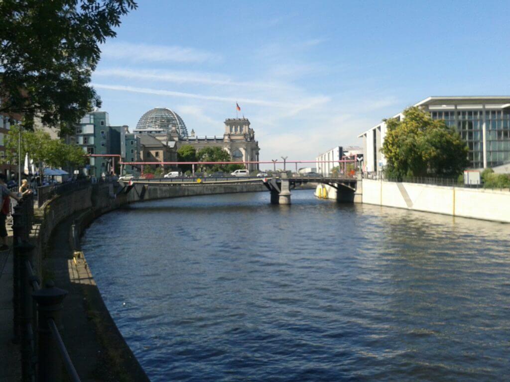 Caminhar pelos calçadões à beiro do Rio Spree é uma das dicas de Berlin