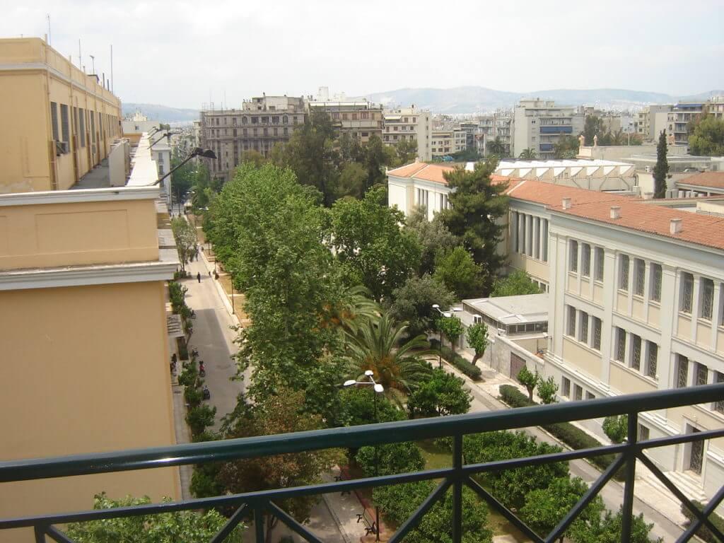 Vista da sacada do hotel que fiquei em Atenas, como a cidade não tem um transporte abrangente decidi ficar perto dos bairros turísticos.