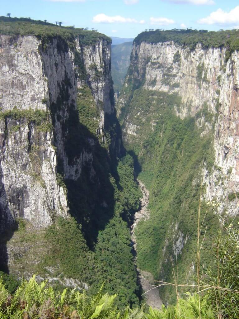 Os enormes paredões do Cânion Itaimbezinho na Região dos Cânions no Rio Grande do Sul