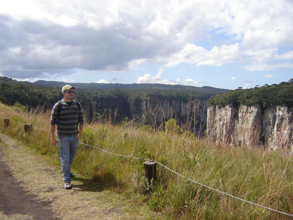 Caminhando na parte alta do Parque Nacional dos Aparados da Serra na região dos Cânions no Rio Grande do Sul