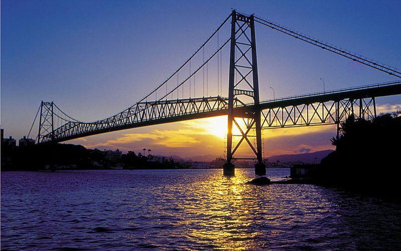 A antiga Ponte Hercílio Luz que liga o continente à ilha