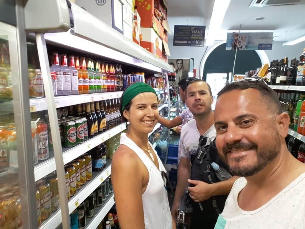 A gente se divertindo em um supermercado em Dubrovnik na Croácia.