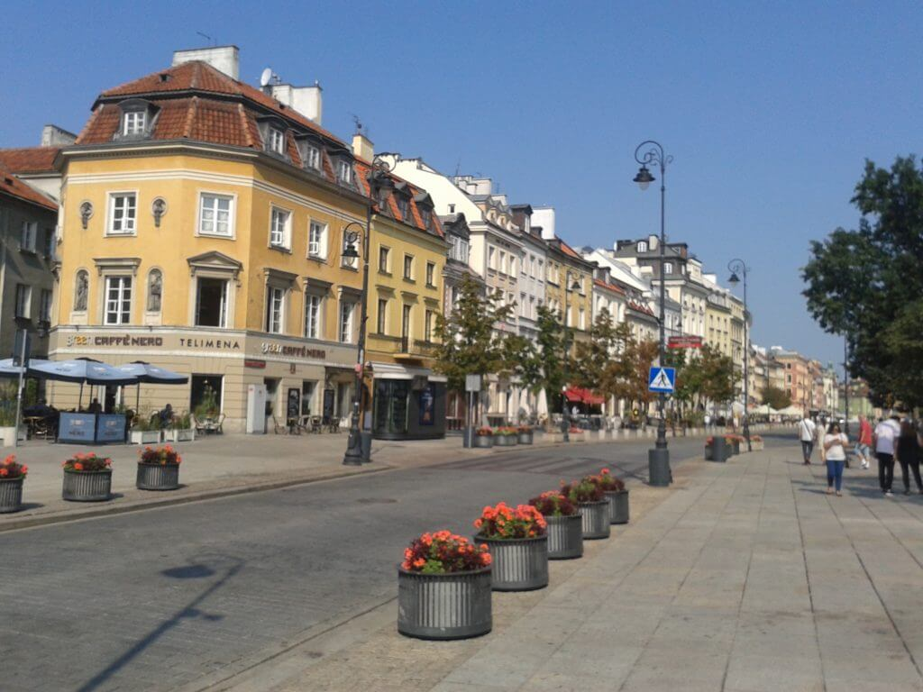 Em Varsóvia na Polônia o aluguel de bicicletas é feito por app´s.
