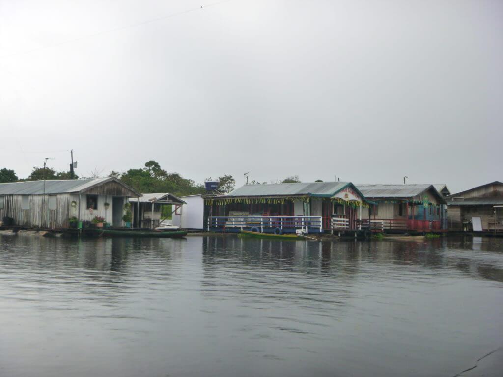 Bares e restaurantes também flutuam sobre as águas do Rio Negro