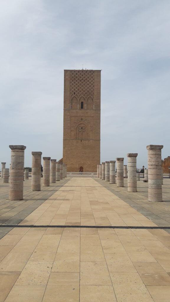 A incompleta Torre Hassan e suas 200 colunas