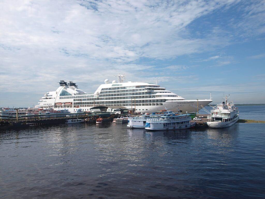 Além dos famosos catamarãs é possível fazer um cruzeiro pela região