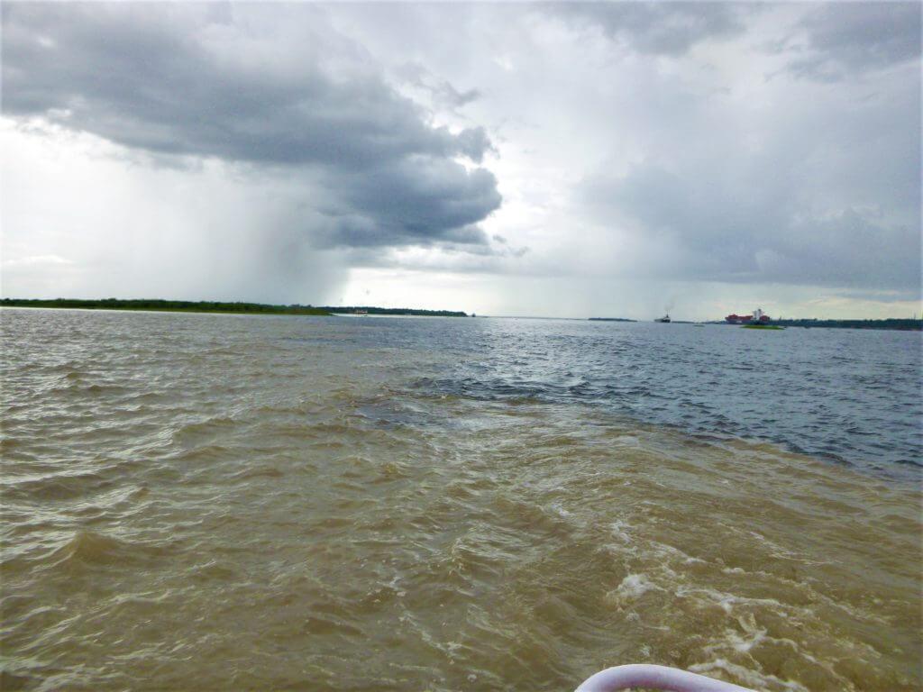Os rios seguem assim sem se misturar por 6km