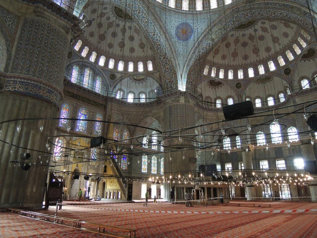 O impressionante interior da Mesquita Azul com seus enormes tapetes