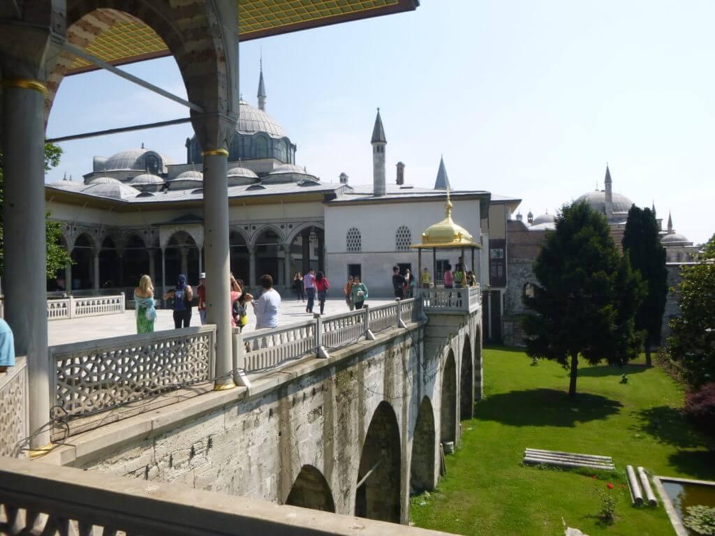 Caminhar pelo palácio é se deparar com detalhes incríveis da Arquitetura Otomana