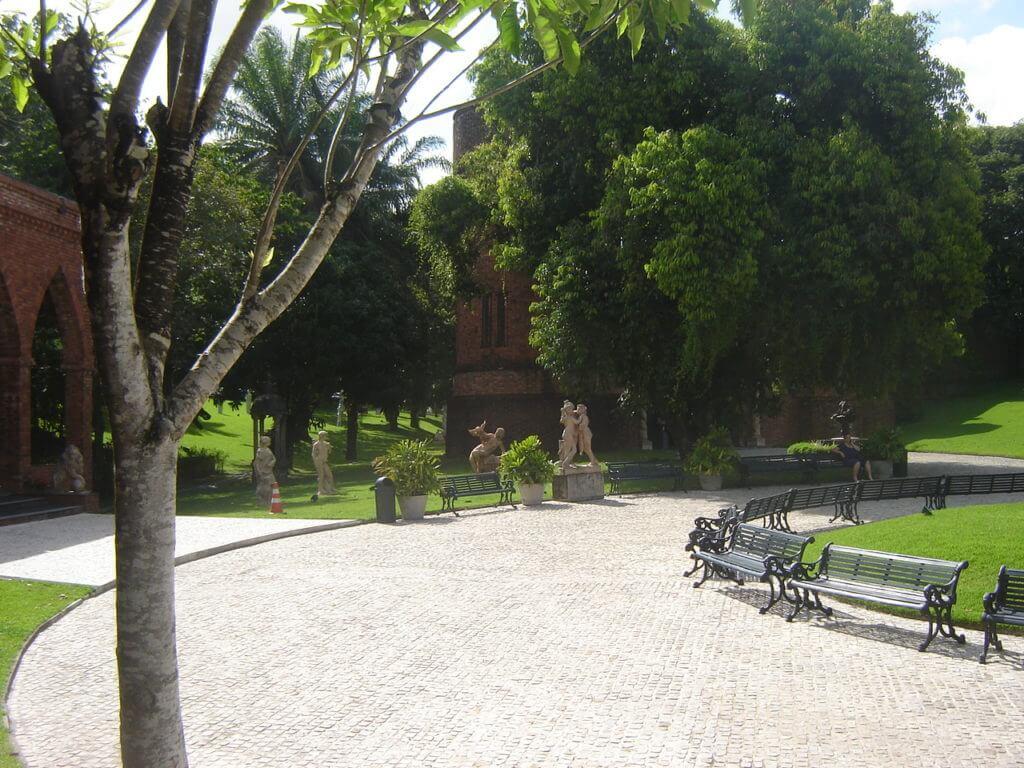Em meio aos jardins super bem cuidados o lugar é uma excelente opção de passeio em Recife
