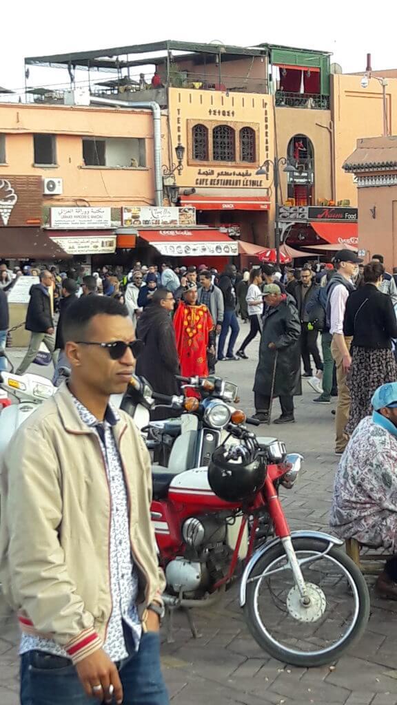 Tudo misturado: motos, bicicletas, pessoas e charretes pelas ruas
