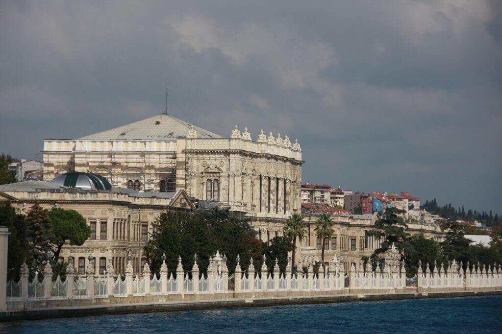 O Palácio Dolmabahçe visto do mar