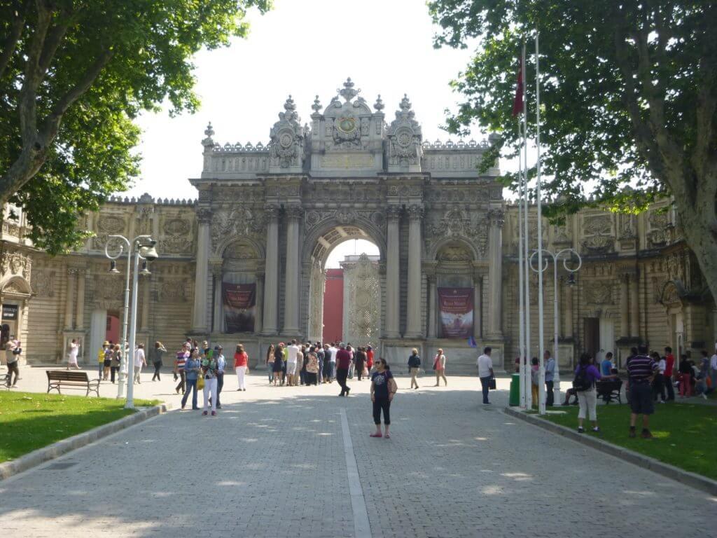 Chegando ao Palácio Dolmabahse e já me impressionando com a arquitetura