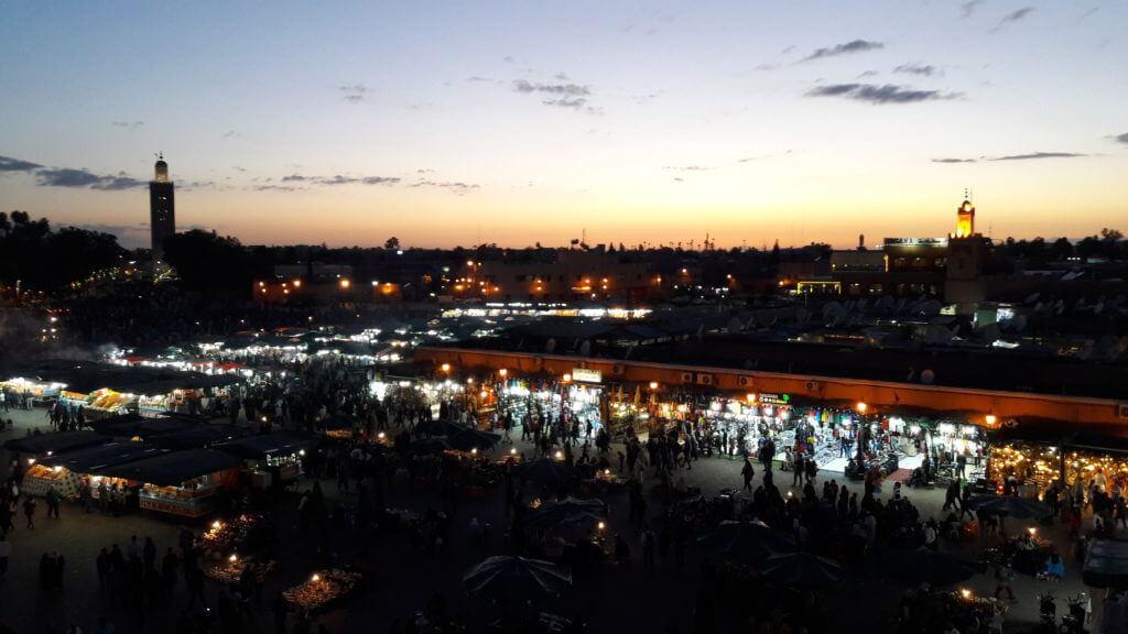 O por do sol numa das maiores praças do mundo: A Djema el Fna