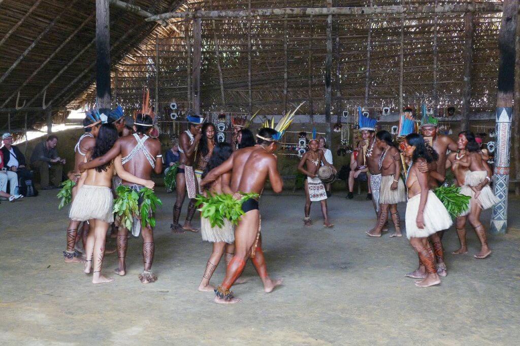 Os índios apresentando um ritual
