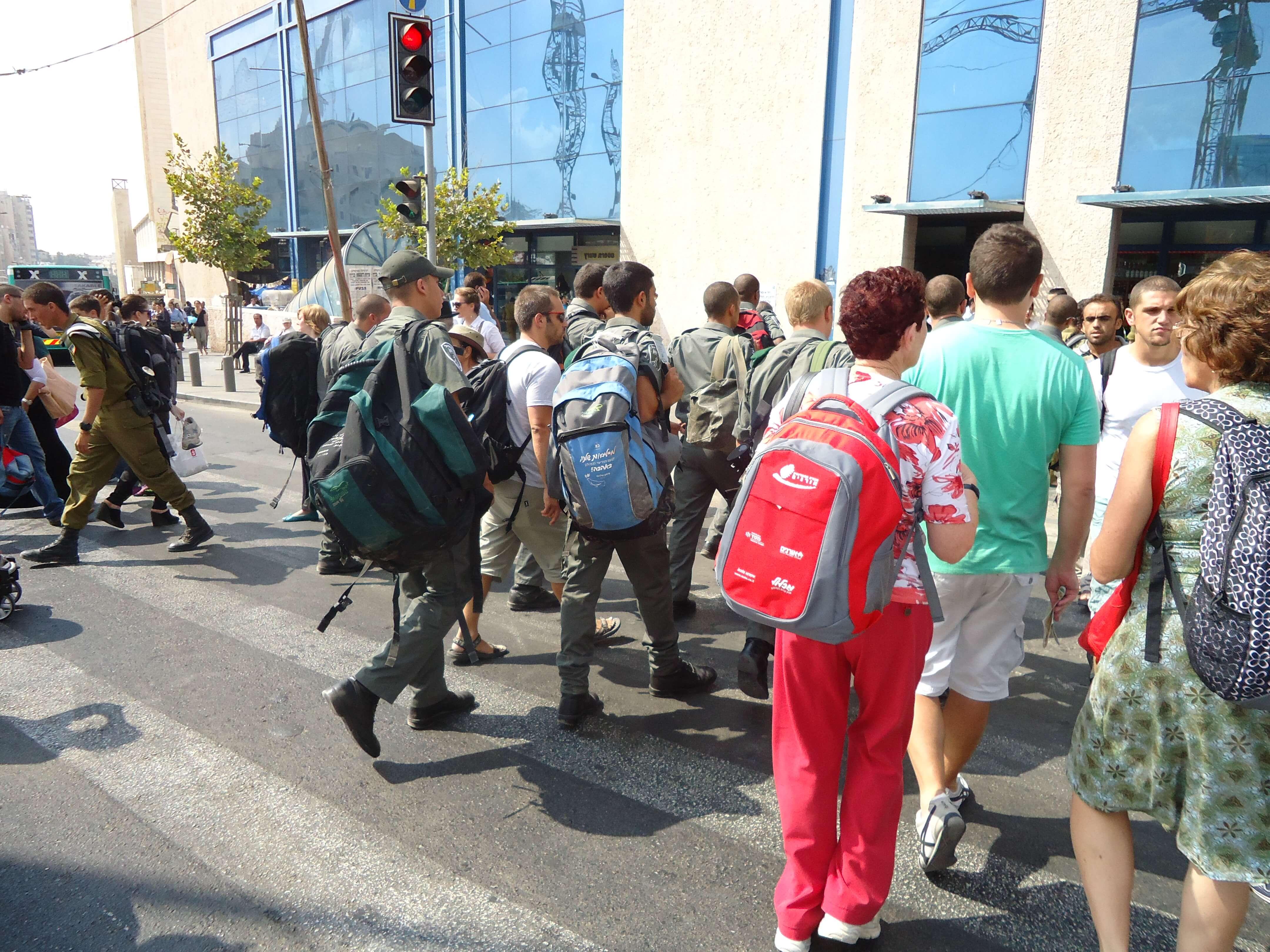 Os soldados são comuns pelas ruas de Jerusalém
