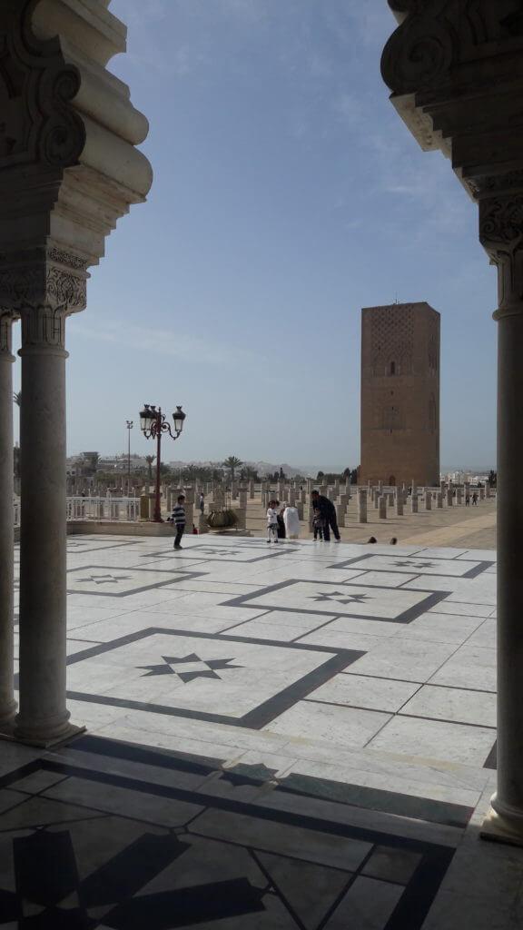 A Torre Hassan surpreende com sua grandiosidade