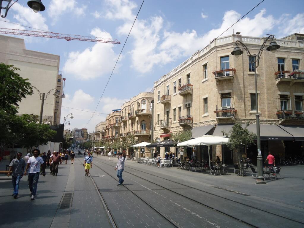 Procure ficar pela parte central de Jerusalém, tem um VLT que liga a parte nova à Cidade Velha