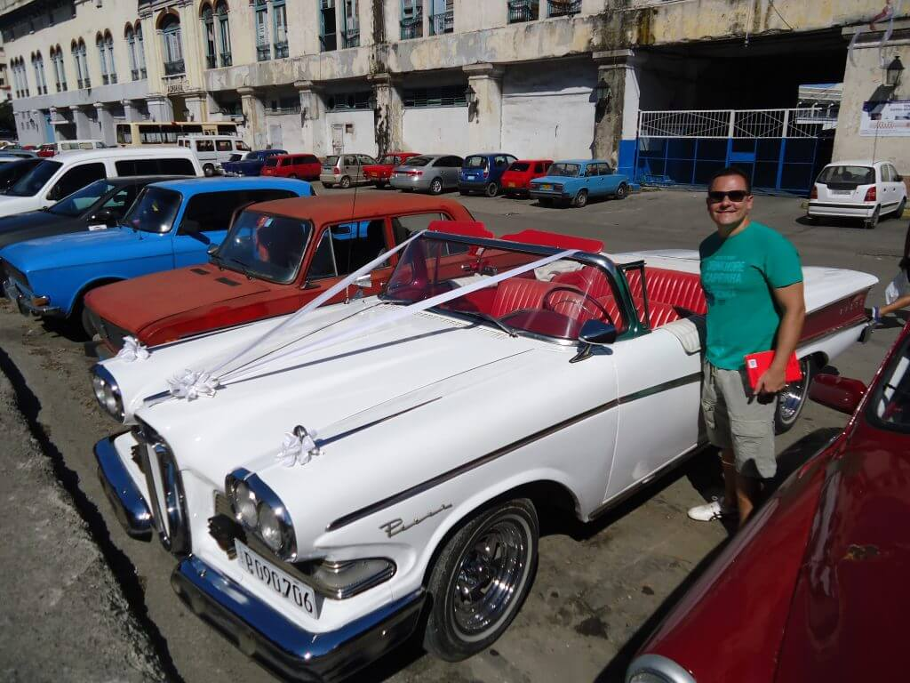 Os carros antigos são muito comuns pelas ruas de Cuba