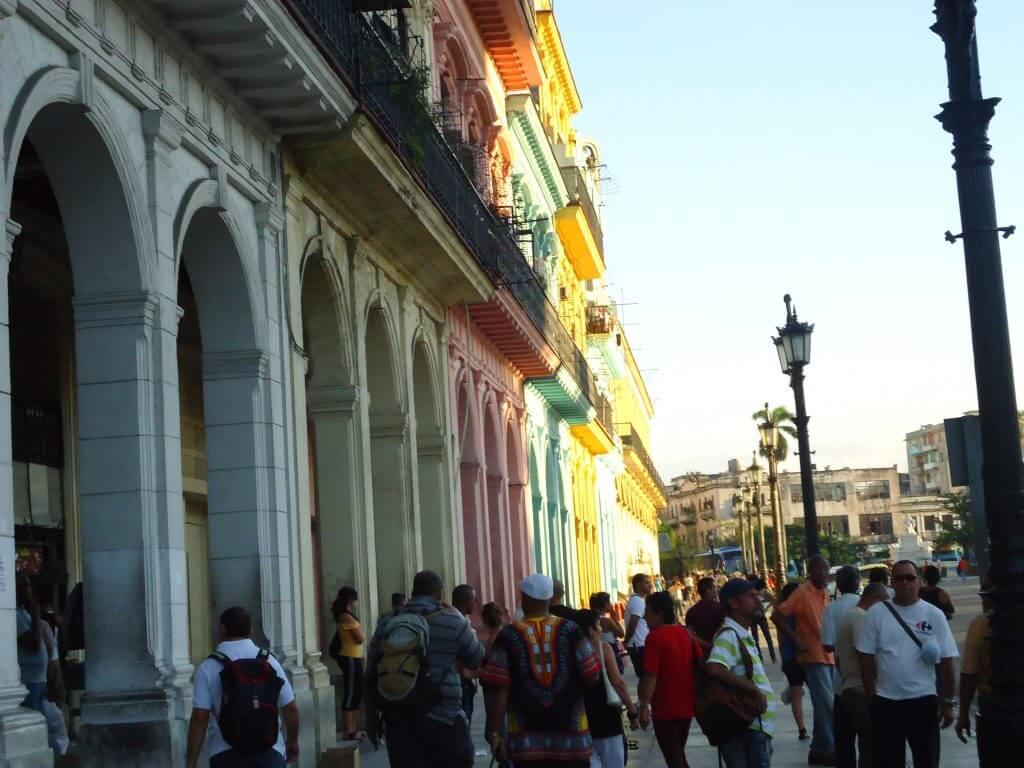 Os coloridos casarões na capital cubana