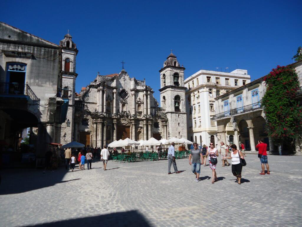 O charmoso centro histórico e a Catedral de Havana
