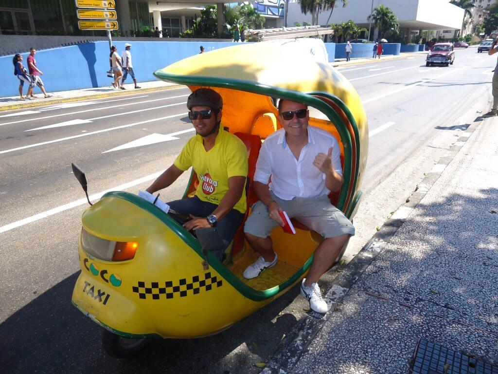 O coco táxi é uma forma divertida de andar pelas ruas de Havana