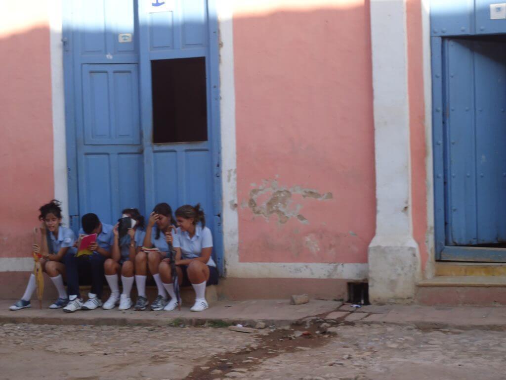 Cenas cubanas: crianças no intervalo das aulas