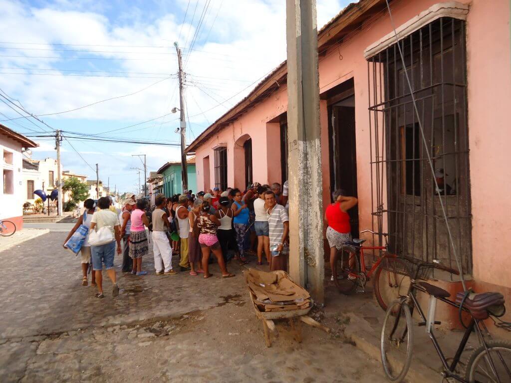 As pessoas esperando para retirar os mantimentos
