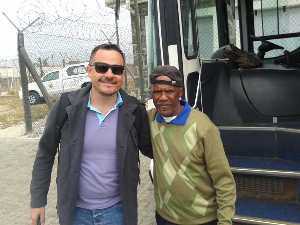 O guia que era também um ex prisioneiro, conduzindo o passeio a Robben Island