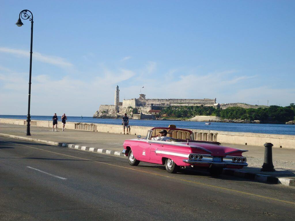 Os carros antigos no Malecon de Havana destaques do turismo em Cuba