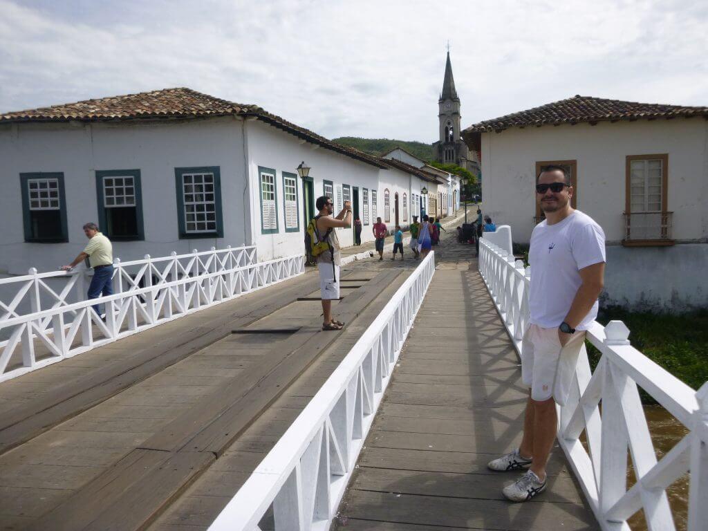O Museu Casa de Cora Coralina à esquerda da foto